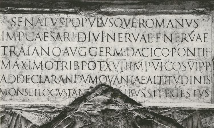 Figura 7. Inscripció en lletra capital romana a la base de la columna de Trajà a Roma. Any 113 aC